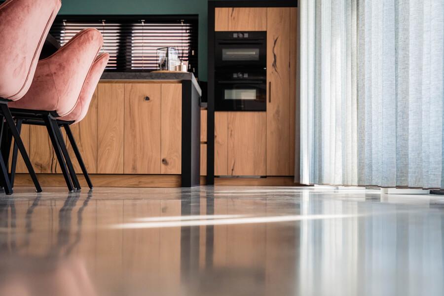 woonbetonvloer moderne houten keuken