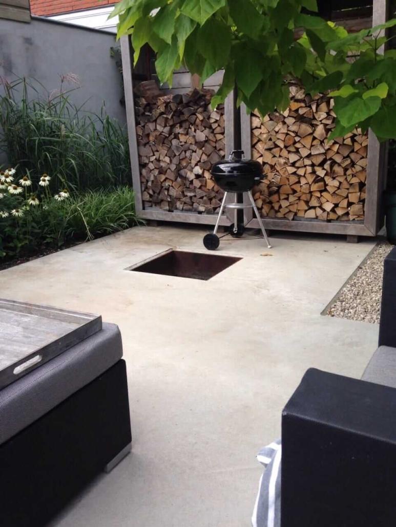 modern terras met lichte betonvloer