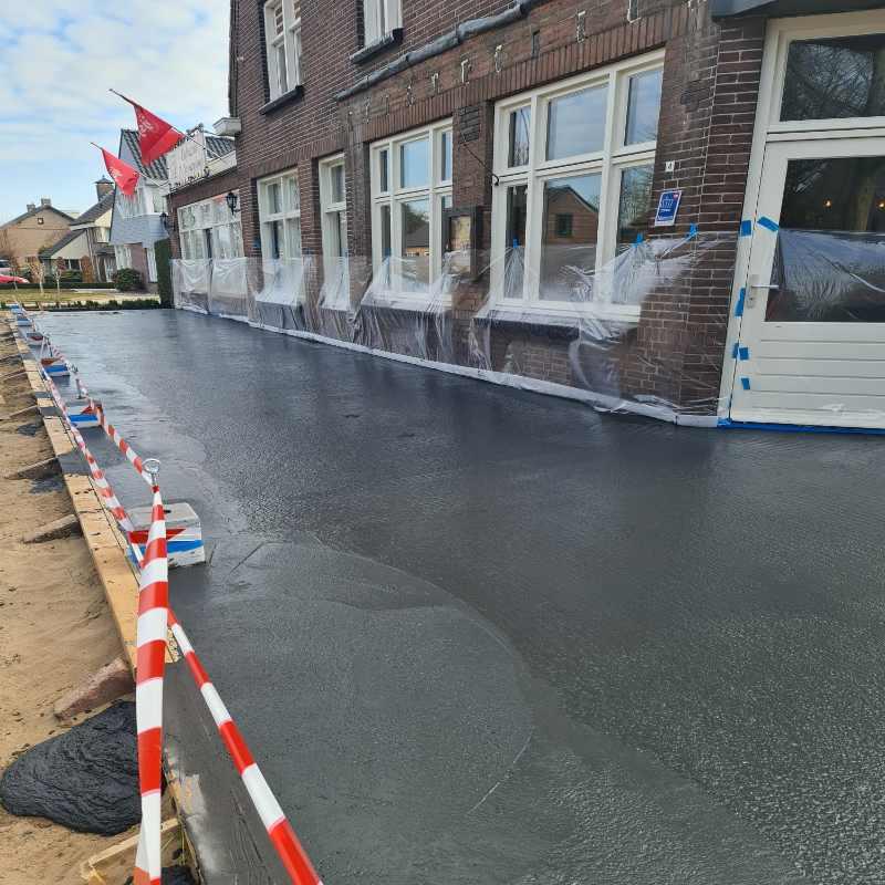 Aanleg van buitenterras betonvloer voor restaurant in vorstenbosch