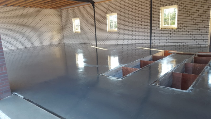 garagevloer van beton met twee smeerputten
