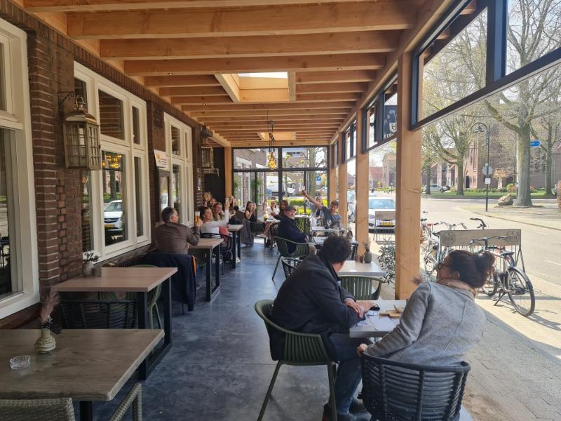 strakke gevlinderd buitenterras van beton voor restaurant
